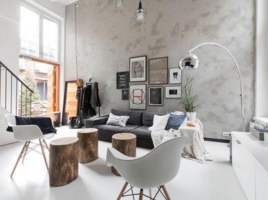 Ściana z betonu dekoracyjnego,biała żywiczna posadzka w salonie,pieńki w roli stolików (47853)