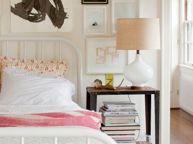Nowoczesne grafiki w czarnych i pastelowych kolorach wokół metalowego łóżka (20901)