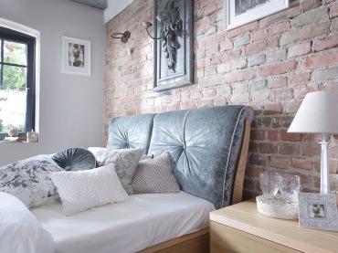 Dwuosobowe łóżko wygląda wygodnie, a tym, co wysuwa się na pierwszy plan, jest z pewnością jego oryginalne wezgłowie....