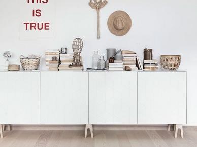 kwintesencja eko -skandynawskiego stylu: naturalne drewno, wiklinowe dekoracje,ekologiczne produkty i detale i wszystko w jasnych , naturalnych barach. czasami monotonie przełamuje...
