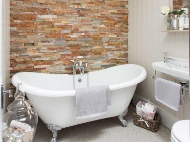 Czerwono-szary łupek na scianie w stylowej łazience z wanną na srebrnych łapkach (21715)