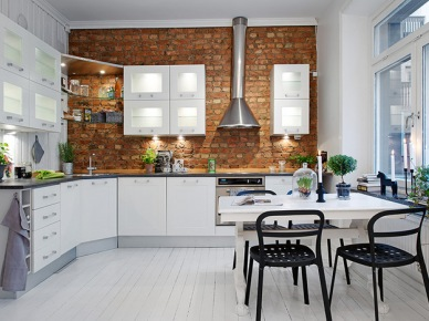Skandynawska kuchnia ze ścianą z cegły i z białym stołem z czarnymi krzesłami (21200)