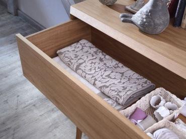 Komoda pozwala na przechowywanie podręcznych elementów garderoby, mebel jest całkiem pojemny. Jego drewniana forma w...