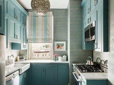 Aranżacja wysokiej kuchni z kolorowymi szafkami (49849)
