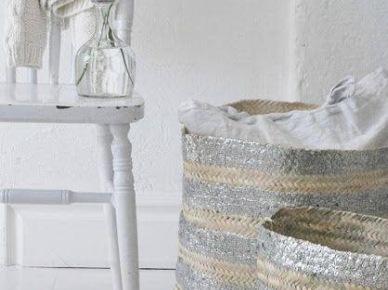 Wiklinowe kosze,i drewniane stołki w skandynawskiej aranżacji (20577)