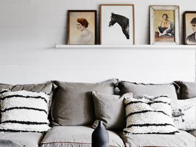 Szara pościel z naturalnego lnu,białe poduszki w czarne paski,rustykalne fotografie i ilustracje (47811)