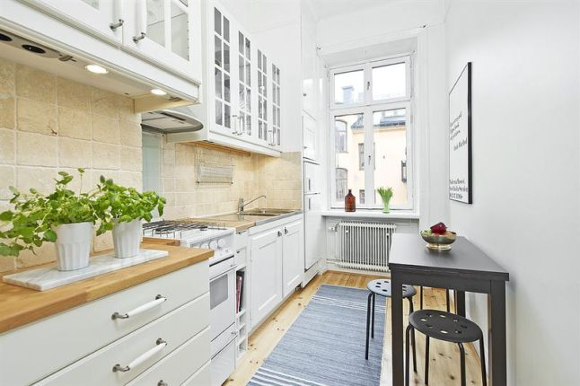 Wąska biała kuchnia w stylu skandynawskim  zdjęcie w   -> Dluga Wąska Kuchnia W Bloku
