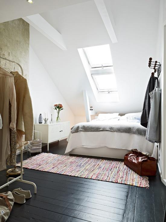 Skandynawska sypialnia na poddaszu z betonową - zdjęcie w ...
