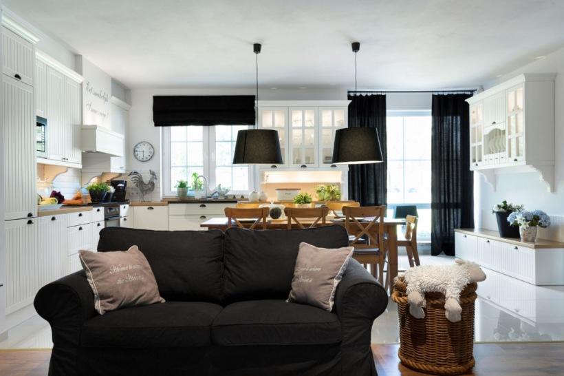 czarna sofa w salonie zdjęcie w serwisie lovingitpl 47617