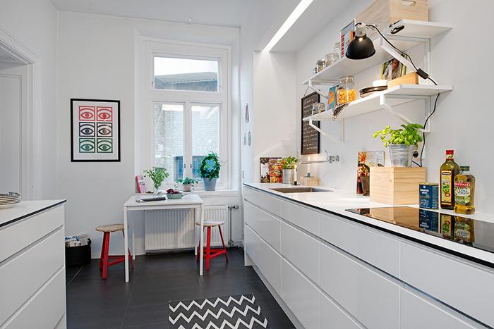 Bia a kuchnia skandynawska z czarna pod og zdj cie w for Apartment galley kitchen designs