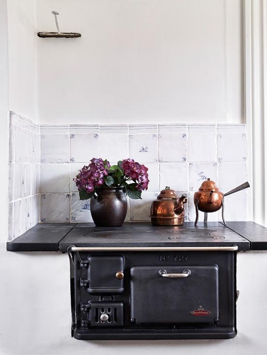 Wiejska kuchnia z żeliwnym blatem w drewnianym  zdjęcie w serwisie Lovingit   -> Kuchnia Wiejska Inspiracje