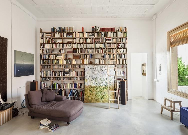 Szara le anka biblioteczka z surowych desek zdj cie w for Biblioteczka w salonie
