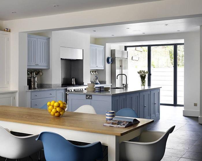 Szaro niebieska duża kuchnia z wyspą i białym  zdjęcie w serwisie Lovingit p   -> Niebieska Kuchnia Inspiracje