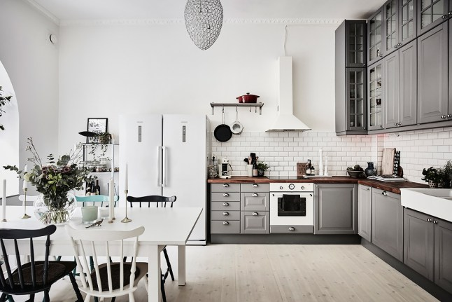 Biały okap i biała lodówka w szarej kuchni  zdjęcie w