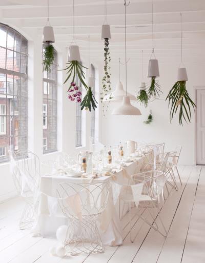 Piękne wiszące ogródki w białej jadalni