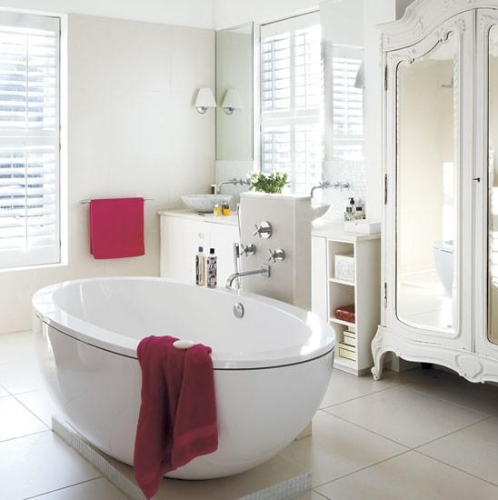 Owalna wanna białe żaluzje z drewna i francuska  zdjęcie w serwisie Lovingitpl (22606) - Duplex Home Interior Photos