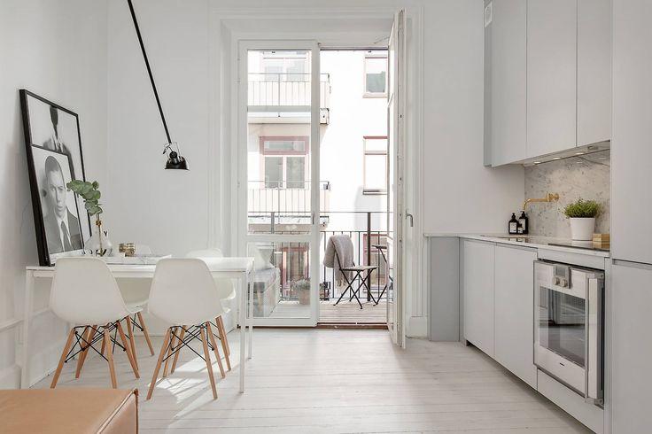 Bia e krzesla na dewnianych krzy akach trendy zdj cie w for Ambientes minimalistas interiores