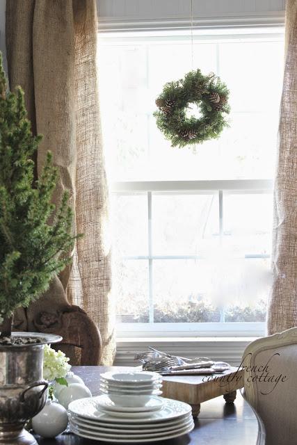 Lniane zasłony adwentowy zielony wianek w oknie w jadalni