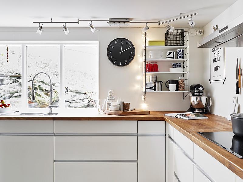 Kuchnia biała bez szafek górnych  zdjęcie w serwisie
