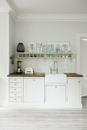 Biała kuchnia skandynawska z drewnianymi blatami  zdjęcie w serwisie Lovingi   -> Kuchnia W Kolorze Mietowym
