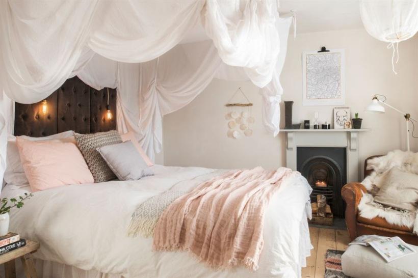 Romantyczna Aranżacja Sypialni Z Baldachimem Zdjęcie W