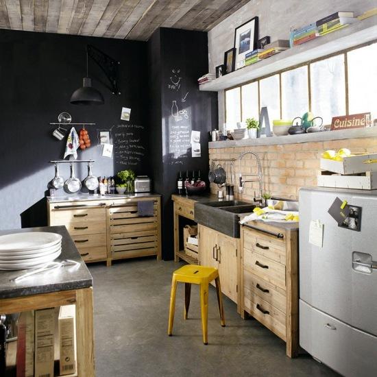 Drewniana Kuchnia Z Czarną ścianą I ścianą Zdjęcie W