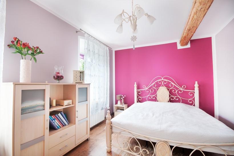 Aranżacja Sypialni Z Malinową ścianą Zdjęcie W Serwisie
