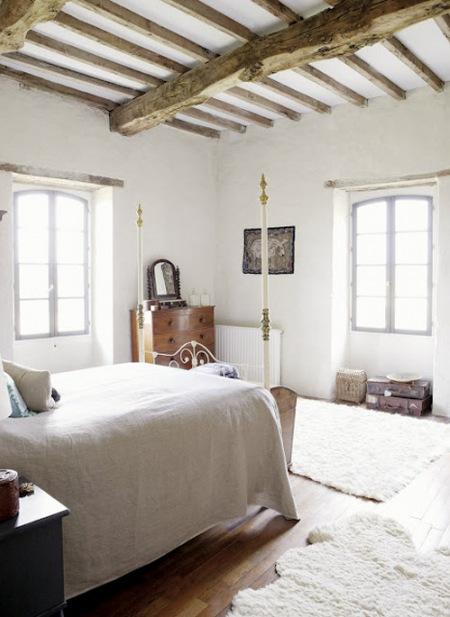 Piękna Wiejska Sypialnia W Bieli Drewnie Zdjęcie W