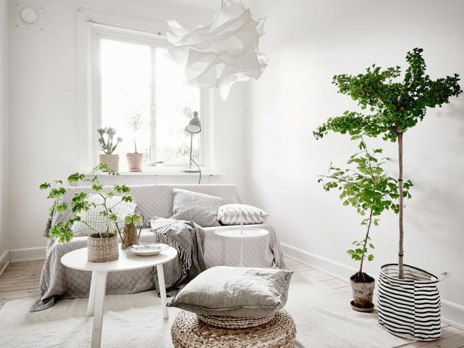 Aranżacja jasnego mieszkania w skandynawskim stylu z białym drewnem