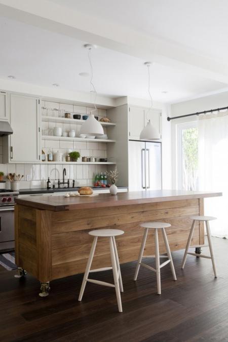 Drewniana Wyspa Z Ladą W Białej Kuchni Zdjęcie W Serwisie