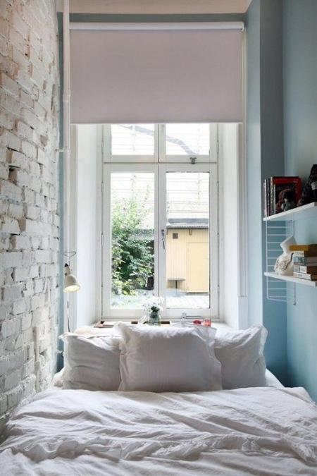 Mała Sypialnia Z Białą Cegłą Na ścianie Zdjęcie W Serwisie