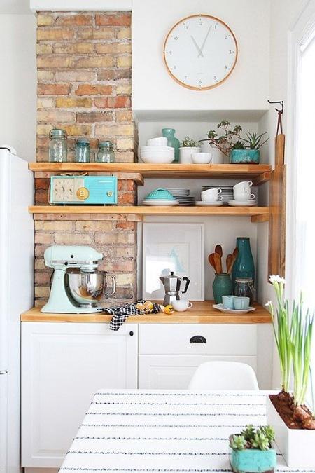 Bardzo Mała Kuchnia Z Białymi Szafkami I Czerwoną Zdjęcie
