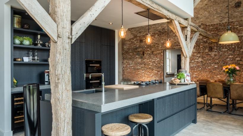 Szare Meble I Drewno W Aranżacji Kuchni Z Wyspą Zdjęcie W