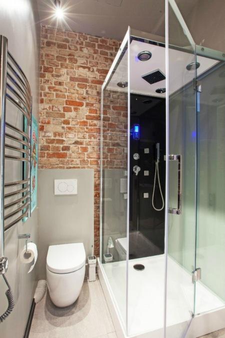 Nowoczesna łazienka Ze ścianą Z Czerwonej Cegły Zdjęcie W