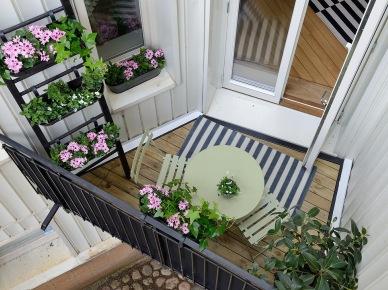 Tag Drabina Z Pólkami Na Kwiaty I Rośliny Na Malym Balkonie