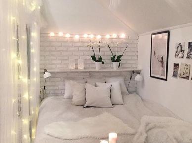 Aranżacja Małej Sypialni Z Galerią ścienną Zdjęcie W