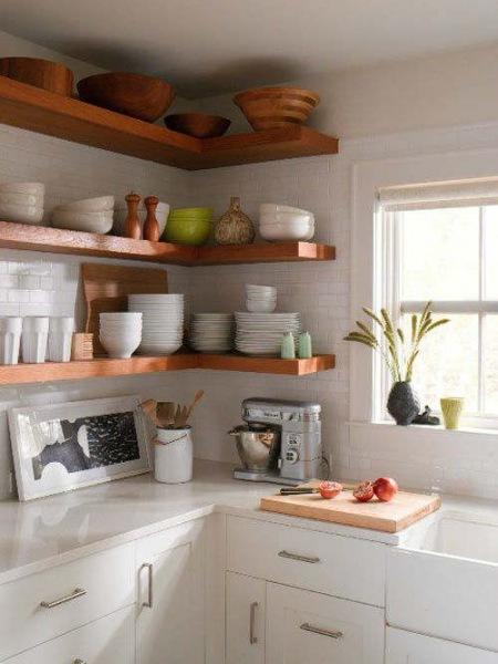 Narożnikowe Półki Z Drewna W Skandynawskiej Kuchni Zdjęcie