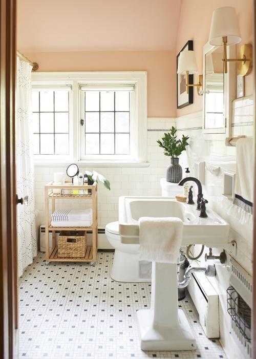 Before & after łazienki, czyli pomysł na eleganckie wnętrze w pastelowej aranżacji ze złotymi dodatkami