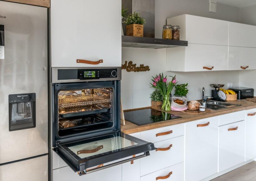 Piekarnik Parowy W Kuchni Z Białymi Szafkami Zdjęcie W