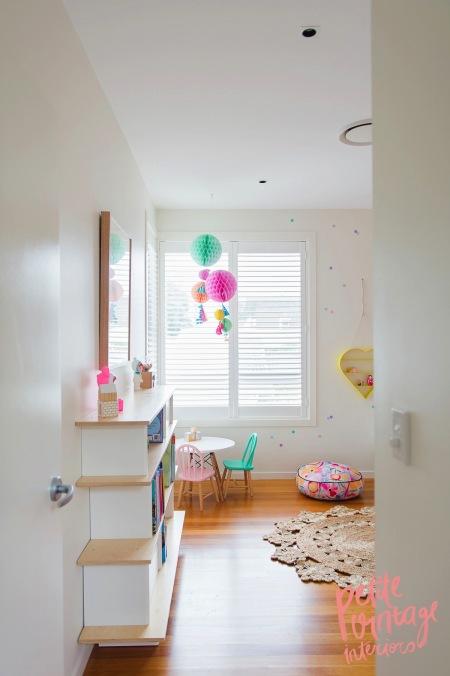 Biała Sypialnia Dla Dziewczynki Z Pastelowymi Zdjęcie W