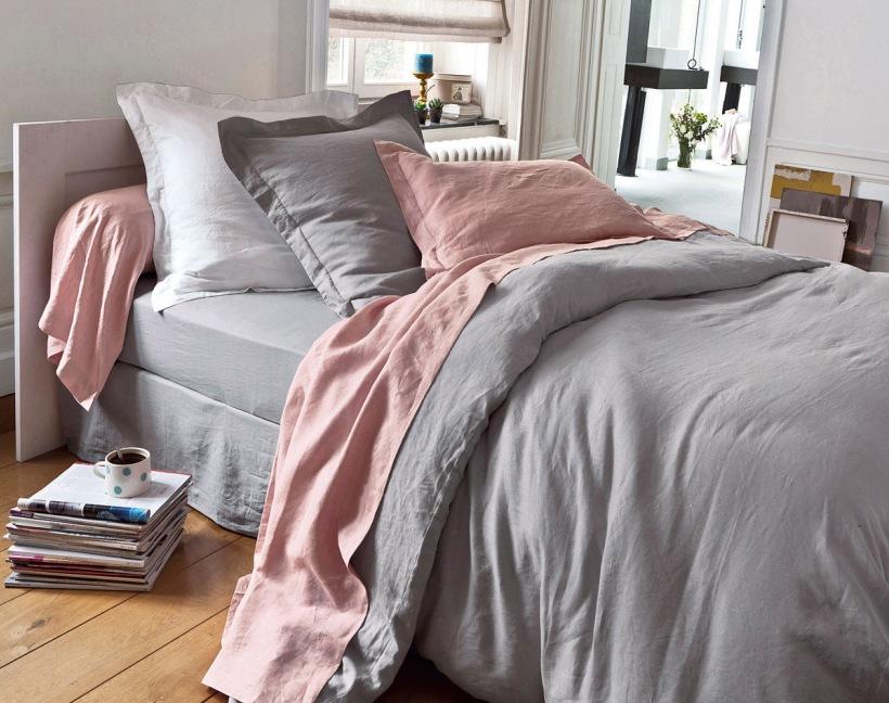 Szaro Różowa Pościel Na łóżku W Sypialni Zdjęcie W