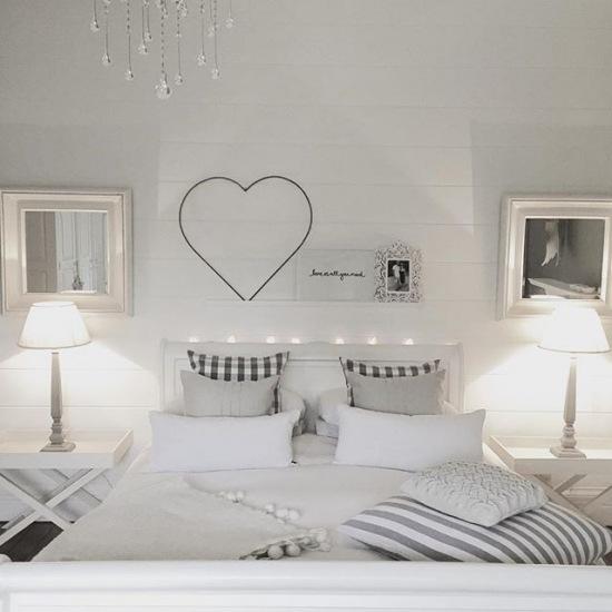 Aranżacja Szarej Sypialni Z Romantycznymi Zdjęcie W