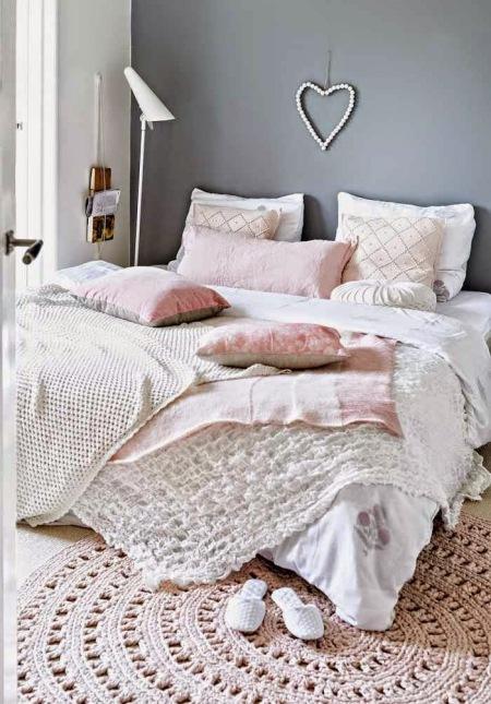 Szara Sciana W Sypialni Z Rozowymi I Pastelowymi Zdjecie W