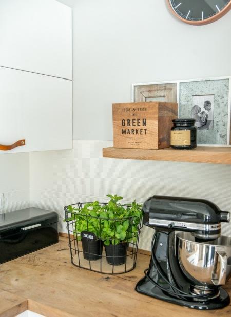 Czarne Dodatki Do Kuchni Z Białymi Szafkami Zdjęcie W Serwisie