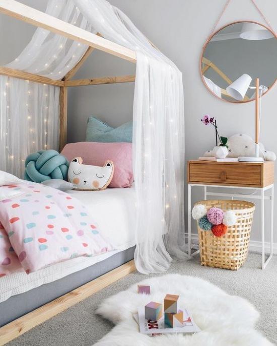 łóżko Domek Z Baldachimem W Pokoju Dziecięcym Zdjęcie W