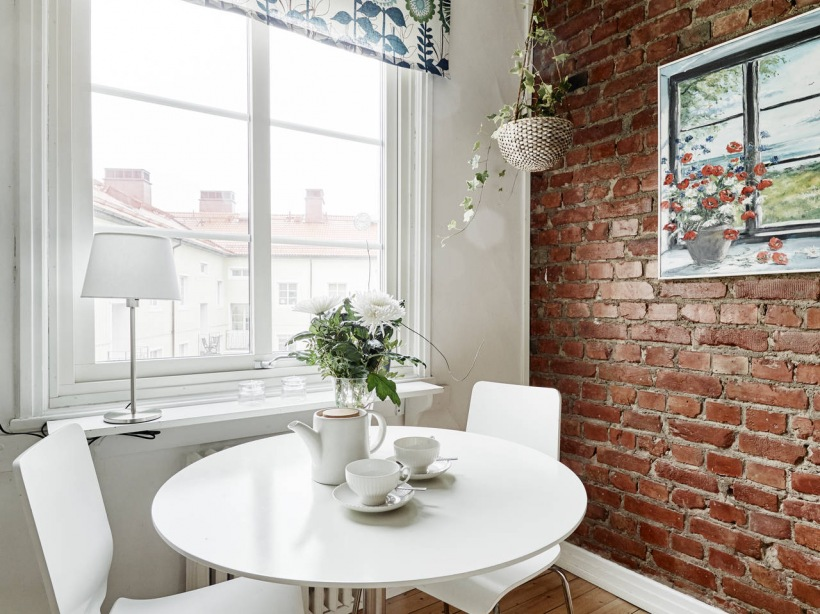 Okrągły Biały Stół Z Krzesłami W Kuchni Ze Zdjęcie W