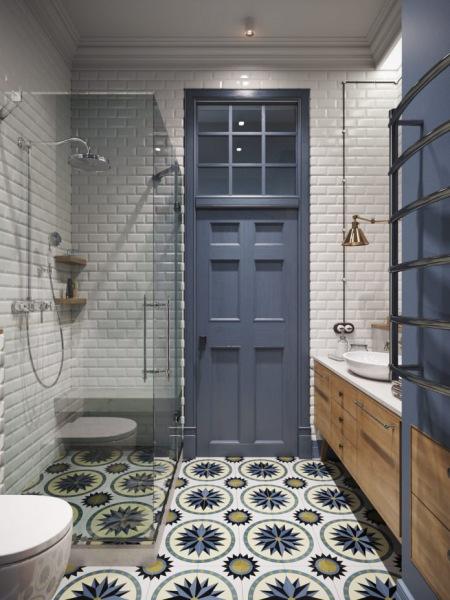Wysoka łazienka Z Białymi Kaflami I Wzorzystą Zdjęcie W