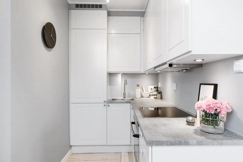 Mała Kuchnia Z Białymi Szafkami I Drewnianą Zdjęcie W