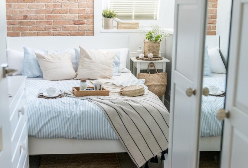 Mała Przytulna Sypialnia Ze ścianą Z Czerwonych Zdjęcie W