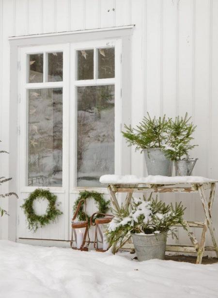 świąteczne Dekoracje Z Gałązek Przed Domem Zdjęcie W